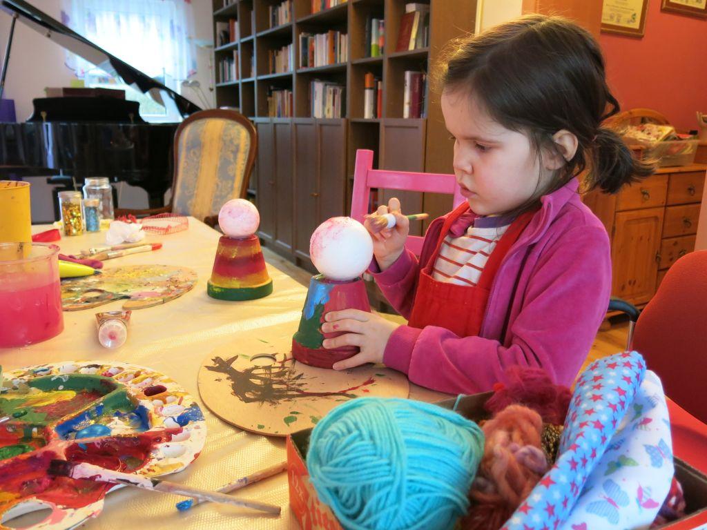 Emma gestaltet eine Frühlingselfe aus einem Tontopf