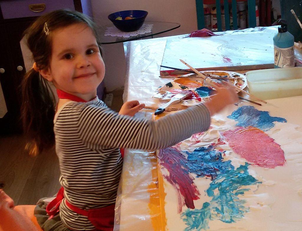 Emmy lässt ihrer Kreativität freien Lauf.